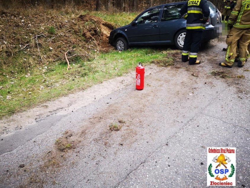 Wypadek pomiędzy Złocieńcem a Stawnem. Kobietę z pojazdu uwolnił świadek zdarzenia