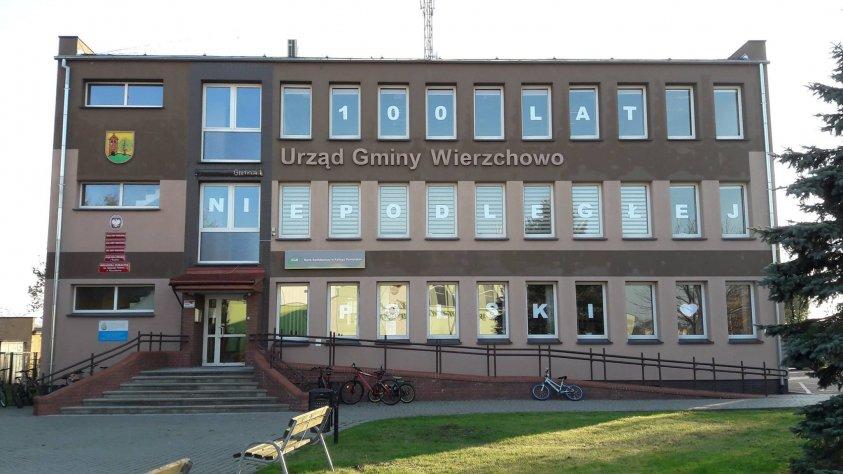7 listopada - Uczniowie Szkoły Podstawowej w Wierzchowie udekorowali budynek Urzędu Gminy