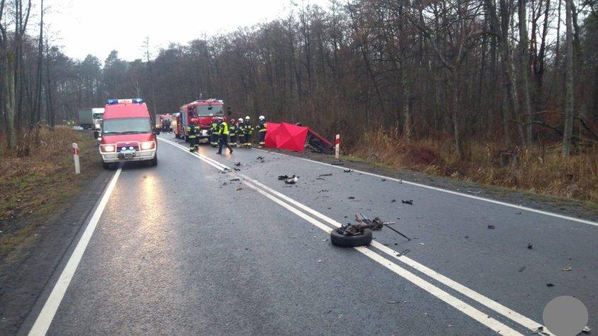 Tragiczny wypadek na drodze krajowej nr 10. Nie żyje kierowca Peugeota