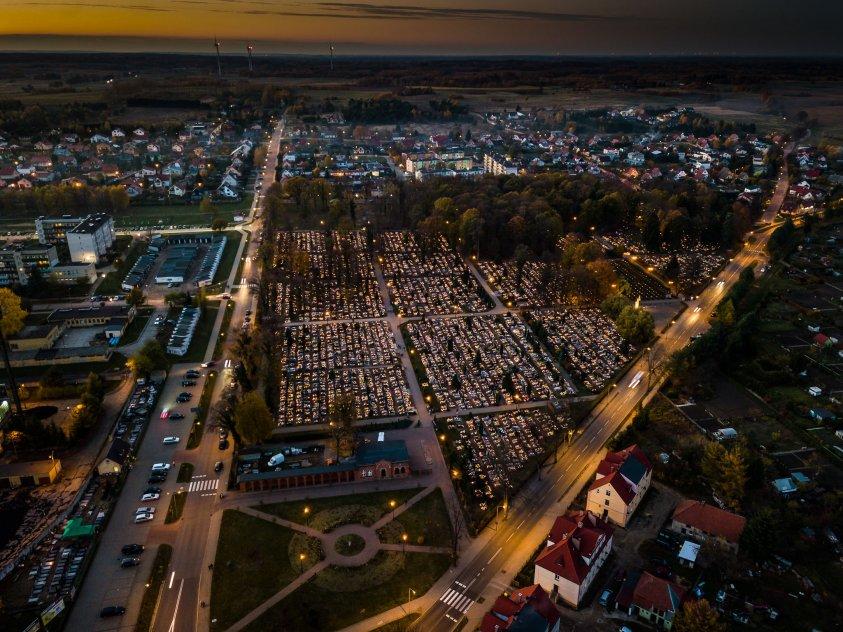 Drawski cmentarz wieczorem widziany kamerą drona