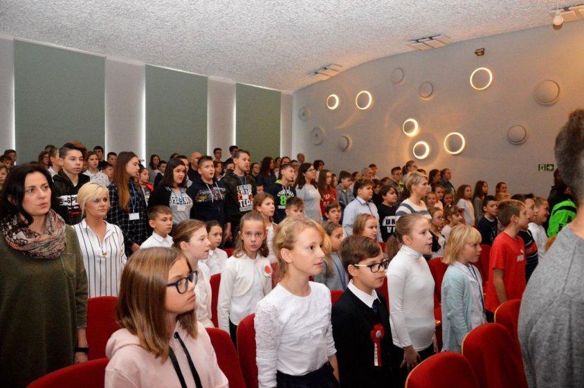 """""""Polska to taka kraina, która się w sercu rozpoczyna"""" – koncert uczniów i nauczycieli z drawskiej podstawówki"""