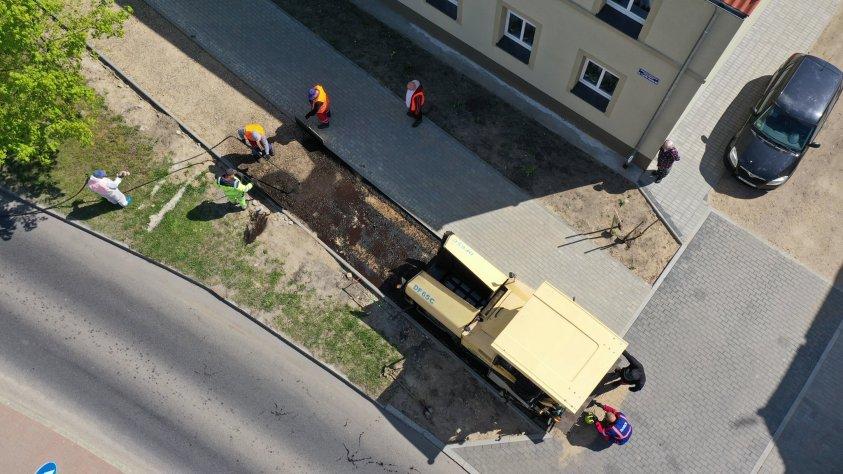 Właśnie kładą asfalt na ścieżce rowerowej w Drawsku