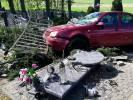 Kierowca wypadł z drogi i wjechał na cmentarz - zdjęcia