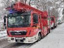 Zakleszczony kierowca w pojeździe po wypadku, chwilę później pożar instalacji elektrycznej w domu