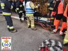 Opel uderzył w drzewo. Autem podróżowały trzy osoby, w tym małe dziecko.