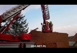 Zawaliła się stodoła w Czaplinku – nagrania i zdjęcia strażaków