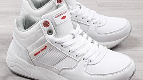 Jak doprowadzić białe, tanie buty sportowe do czystości?