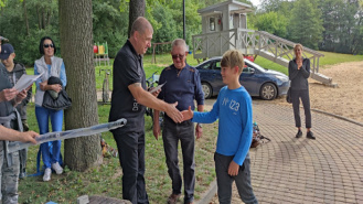 Zawody Wędkarskie dla dzieci i młodzieży nad jeziorem Okra. Młodzi wędkarze walczyli o puchar Burmistrza