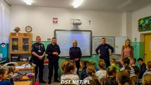 Strażnicy i policjanci rozmawiali z uczniami o feriach
