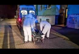 Strażacy pomagają ratownikom medycznym przy pacjentach z COVID-19