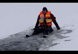 Strażacy ćwiczyli ewakuację z lodu