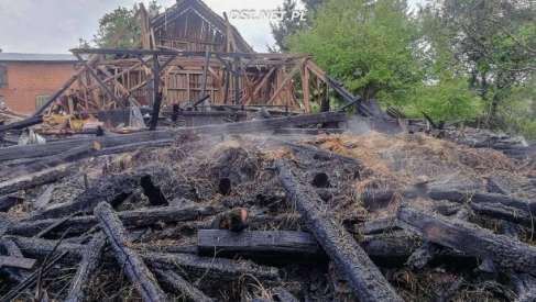 Przez burzę spłonęła stodoła – doszczętnie. Zdjęcia strażaków