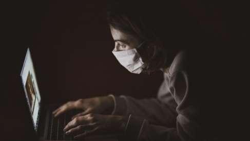 Przybywa zachorowań na SARS-CoV-2