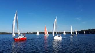 Regaty na zakończenie sezonu żeglarskiego przy pięknej pogodzie