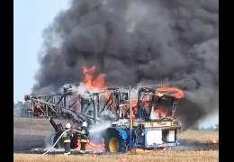 Podczas prac polowych zapaliła się maszyna rolnicza. Pożar zniszczył doszczętnie sprzęt