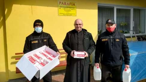 Strażacy dystrybuują środki ochrony z Rządowej Agencji Rezerw Strategicznych. Trafiły one do parafii