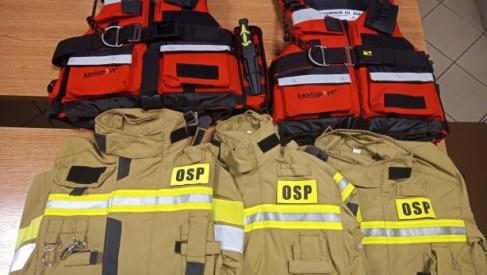 KTP przekazał strażakom kamizelki ratownicze i kurtki strażackie
