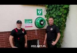 Strażacy OSP Kalisz Pomorski montują skrzynki do AED