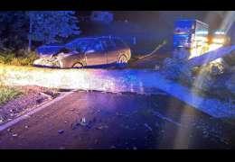 Powiało: Kierowca samochodu uderzył w przewrócone drzewo