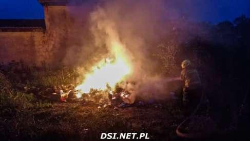 Strażaków wezwano do pożaru budynku. Paliły się śmieci, ale to nie koniec