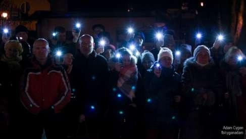 W Drawsku Pomorskim mieszkańcy spotkali się by uczcić pamięć prezydenta Adamowicza