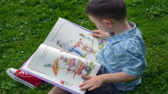 Książka i nagrody niespodzianki dla dzieci od drawskiej biblioteki