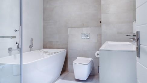 Szklana kabina prysznicowa a funkcjonalna łazienka