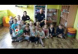 Policjanci z posterunku policji w Ostrowicach z wizyta u pierwszoklasistów