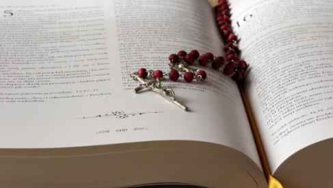 Pomysł na prezent dla osoby wierzącej – koszulki religijne