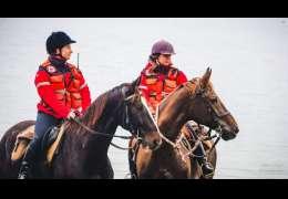 Niespotykany widok, ratowniczki na koniach – zobaczcie zdjęcia
