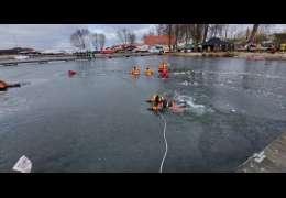 Jak się ratuje ludzi na lodzie. Manewry na zamarzniętym jeziorze Drawsko