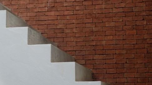 Na jakim etapie budowy wykonuje się schody betonowe?