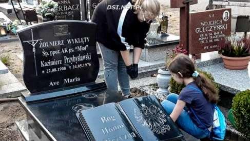Harcerze dają przykład i sprzątają zapomniane groby