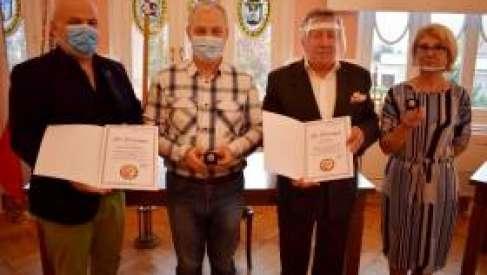Dzisiaj obchodzony jest Ogólnopolski Dzień Seniora. Aktywni seniorzy otrzymają list od starosty i odznakę