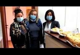 Panie w szkole szykują słodki poczęstunek dla pracowników drawskiego szpitala